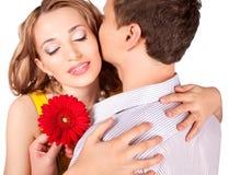 Attraktive Paare der Liebhaber. Mann stellt Blume dar. stockfotografie