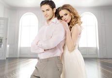 Attraktive Paare in der Luxuswohnung Stockfotografie