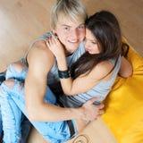 Attraktive Paare, die auf Fußboden liegen Stockfotos