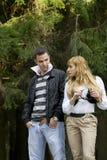 Attraktive Paare, die draußen gehen stockbilder