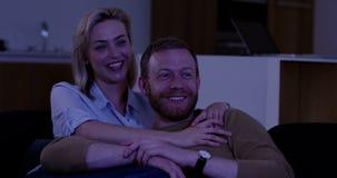 Attraktive Paare, die Fernsehen stock video footage
