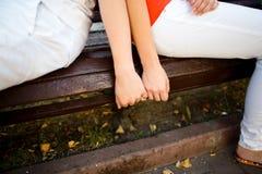 Attraktive Paare, die im Park umarmen Lizenzfreies Stockfoto