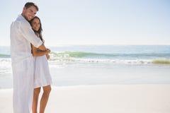 Attraktive Paare, die Kamera umarmen und betrachten stockbilder