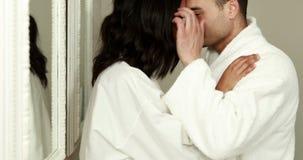 Attraktive Paare, die morgens umarmen stock video footage