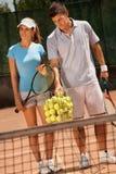 Attraktive Paare, die Tennis spielen Stockfotografie