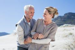 Attraktive Paare, die ungefähr auf dem Strand verwirren Stockfotos