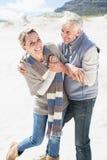 Attraktive Paare, die ungefähr auf dem Strand verwirren Lizenzfreie Stockfotos