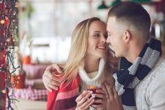 Attraktive Paare in einem Café Lizenzfreie Stockfotos