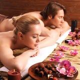 Attraktive Paare entspannen sich am Badekurortsalon Lizenzfreie Stockfotos