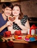 Attraktive Paare haben Spaß in der Küche am Valentinstag lizenzfreies stockbild