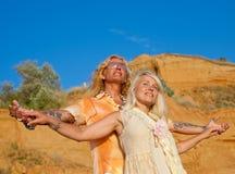 Attraktive Paare im Weiß draußen Lizenzfreie Stockbilder