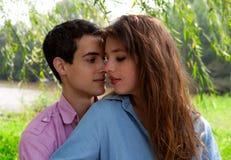 Attraktive Paare unter Weide-Baum Stockfotografie