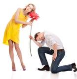 Attraktive Paare von Liebhabern. Mann stellt Blume dar. Valentinsgruß s d lizenzfreie stockfotos