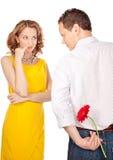 Attraktive Paare von Liebhabern. Mann stellt Blume dar. Valentinsgruß s d stockfoto