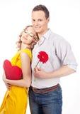 Attraktive Paare von Liebhabern. Mann stellt Blume dar. Valentinsgruß s d stockbilder