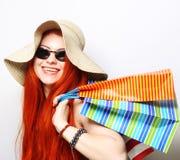 Attraktive redhair Einkaufsfrau Lizenzfreie Stockbilder