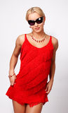 Attraktive reizvolle Blondine im roten Kleid Lizenzfreies Stockfoto