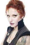 Attraktive reizvolle Frau mit dem kurzen roten Haar Stockfotografie