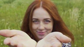 Attraktive rote behaarte Frau erreicht die Hände, die Glückfreude am Leben teilend einladen stock video footage