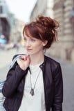 Attraktive Rothaarigefrau mit ihrem Haar in einem Brötchen Lizenzfreie Stockfotos