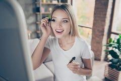 Attraktive schöne aufgeregte reizende nette nette lächelnde Blondine Stockfotografie