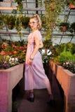Attraktive schöne Frau, die ihr Kleid berührt stockfoto
