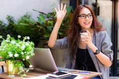 Attraktive schöne Geschäftsfrau bewegt Hand wellenartig und sagt er lizenzfreies stockbild