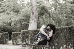 Attraktive schöne lateinische Frau, die traurig und deprimiert sich fühlt Lizenzfreie Stockfotografie