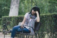 Attraktive schöne lateinische Frau, die traurig und deprimiert sich fühlt Lizenzfreie Stockbilder