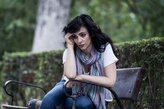 Attraktive schöne lateinische Frau, die traurig und deprimiert sich fühlt Lizenzfreie Stockfotos