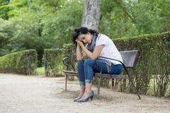 Attraktive schöne lateinische Frau, die traurig und deprimiert sich fühlt Stockbilder
