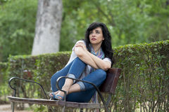Attraktive schöne lateinische Frau, die traurig und deprimiert sich fühlt Lizenzfreies Stockfoto