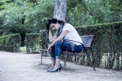 Attraktive schöne lateinische Frau, die traurig und deprimiert sich fühlt Stockfoto
