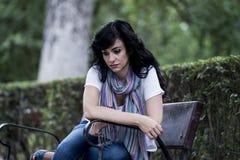Attraktive schöne lateinische Frau, die traurig und deprimiert sich fühlt Stockfotografie