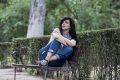 Attraktive schöne lateinische Frau, die traurig und deprimiert sich fühlt Lizenzfreies Stockbild