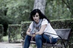 Attraktive schöne lateinische Frau, die traurig und deprimiert sich fühlt Stockbild