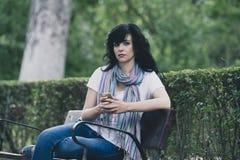 Attraktive schöne lateinische Frau, die traurig und an ihrem Telefon deprimiert sich fühlt Stockbilder
