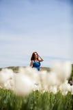 Attraktive Schönheit im blauen Kleid im Tulpenfeld Lizenzfreies Stockbild