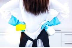 Attraktive Schönheit oder Hausfrau werden zum großen cleani fertig lizenzfreie stockfotos