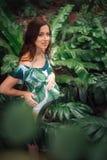 Attraktive schwangere Rothaarige in einem Blumenbadeanzug am tropischen Kaimanfisch Lizenzfreie Stockbilder