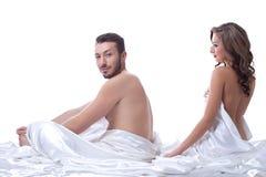 Attraktive Sexpartner, die im Bett aufwerfen Stockbilder