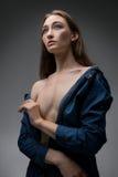 Attraktive sexy blonde Aufstellung gegen graue Wand Lizenzfreie Stockfotos