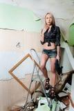 Attraktive sexy blonde Frau mit Puncher Stockfoto