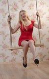 Attraktive sexy Frau auf einem Schwingen Stockfotografie