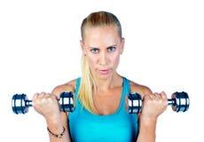 Attraktive Sportlerin mit Gewichten Lizenzfreie Stockfotografie