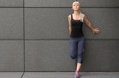 Attraktive sportliche formschöne junge blonde Frau Stockfotos