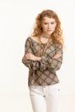 Attraktive stehende Arme der jungen Frau gekreuzt Lizenzfreies Stockfoto