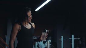 Attraktive strömende Flasche Wasser auf  stock video