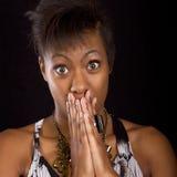 Attraktive und überraschte junge schwarze Frau Stockbilder