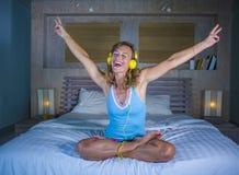 Attraktive und glückliche kaukasische blonde Frau 30s im Bett ist zu Hause Stockfotos
